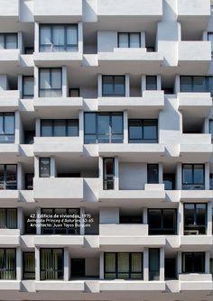 """Edificio de viviendas. carrer Princep d'Asturies 1975. Barcelona. Foto: Gabi Beneyto. Llibro """"Discordias Barcelonesas"""". www.edetresde.es/es/work-category/libros/"""