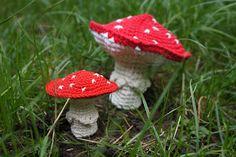 Beide paddestoelen zijn volgens hetzelfde patroon gemaakt.  De kleine met phildar coton 3 enhaaknaald 2,5, de grote met phildar avi... Amigurumi Free, Amigurumi Patterns, Crochet Patterns, Crochet Gratis, Crochet Toys, Free Crochet, Crochet Fall, Knit Crochet, Crochet Mushroom