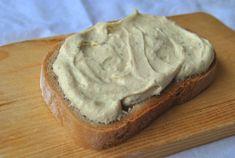 Lahodná krémová pomazánka, která dokonale uspokojí všechny zmlsané vege jazýčky. ;)     potřebné ingredience:  180g bílého tofu   1 malá b...
