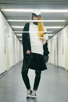sporty outfit + patent leather pants, Berlin fashion blogger sporty, urban Berlin street style