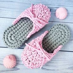 New knitting slippers pattern 32 Ideas Crochet Slipper Boots, Crochet Slipper Pattern, Crochet Slippers, Love Crochet, Crochet Yarn, Crochet Sandals Free, Baby Knitting Patterns, Crochet Patterns, Diy Crafts Crochet