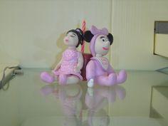 Topo de bolo para aniversários, 15 anos ou homenagens, infantilizado, confeccionado em porcelana fria (biscuit) em forma de bonequinha infantil, personalizada de acordo com as especificações do cliente. O cliente pode utilizar para personalizar ainda mais o produto o hobby, animais, manias Acompanha o boneco de um personagem, no caso da Minie de Baby Disney e uma vela acoplada ao biscuit.  A bonequinha é modelada com o estilo fofinho de menininha romântica. Pode-se escolher a cor dos olhos…