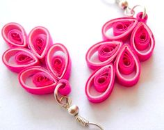 Paper quilling jewelry is quite popular these days. You can easily make beautiful paper quilling earrings with this craft form. Paper Quilling For Beginners, Paper Quilling Tutorial, Quilling Paper Craft, Quilling Techniques, Arte Quilling, Paper Quilling Earrings, Quiling Earings, Quilling Patterns, Quilling Designs