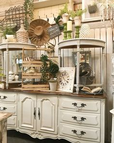 17 Best Vintage and Antique Furniture and Home Decor - Furniture Vintage Store Displays, Antique Booth Displays, Antique Mall Booth, Antique Booth Ideas, Vintage Display, Antique Booth Design, Flea Market Displays, Flea Market Booth, Vintage Stores