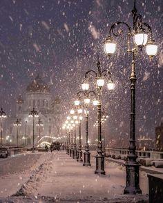 The lanterns at Patriarshy bridge ❄️❄️ Moscow // My beautiful Moscow /Москва (@elenakrizhevskaya)