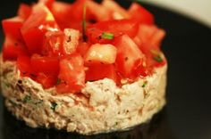 Tartare de tomates aux rillettes de thon | Zekitchounette Ceviche, Meat Recipes, Cooking Recipes, Hors D'oeuvres, Fish And Seafood, Tupperware, Flan, Starters, Tapas