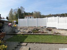 liggande staket i vitt man smala brädor Plank, New Homes, Patio, Outdoor Decor, Image, Home Decor, Gardens, Outdoors, Google