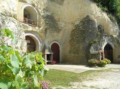 CAVES CATHELINEAU Jean Charles Cathelineau vous fera partager sa passion de la vigne et du vin en parcourant les galeries creusées dans le tuffeau et en visitant Le Musée de la vigne, la tonnellerie et des fossiles.