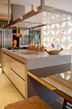 Modern and warm, two ideal words for describing this kitchen designed by Léo Shetman. This architect has created a island in Kensho composed with shiny details and modern forms, that invite to meet around it. Best Interior Design, Kitchen Design, Modern, Invite, Kitchen Island, Furniture, Meet, Warm, Home Decor