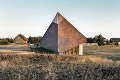 Archispektras utiliza un manto de paja para cubrir una casa frente al mar Báltico