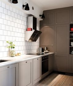 my scandinavian home: A pretty Stockholm apartment. Another gray kitchen. Love the floors. Kitchen Interior, New Kitchen, Kitchen Dining, Kitchen Decor, Kitchen Cabinets, Grey Cabinets, Wall Cabinets, Interior Livingroom, Upper Cabinets