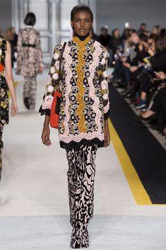 Giambattista Valli Fall 2015 Ready-to-Wear Fashion Show - Amilna Estevão (Elite)