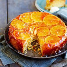 Ananas en kokos vormen een gouden duo in deze makkelijke cake!    1. Verwarm de oven voor op180 °C. Klop de boter en suiker luchtig,klop de eieren erdoor en daarna de zureroom.    2. Zeef meel, bakpoeder en een snufzout...