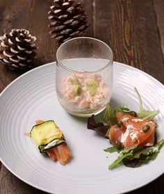 Zalm Voorgerecht Trio van Zalm Carpaccio, Party Finger Foods, Little Kitchen, Canapes, What To Cook, High Tea, Fresh Rolls, Tapas, Entrees