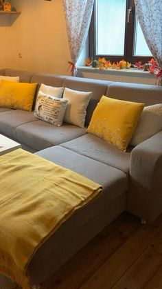Mit diesen Trends liegst Du in diesem Herbst goldrichtig. Outdoor Sectional, Sectional Sofa, Couch, Fall Classroom Decorations, Autumn Day, Outdoor Furniture, Outdoor Decor, Trends, Interior Design
