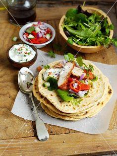 Fladenbrot mit Hähnchen, Salat und Sauerrahm
