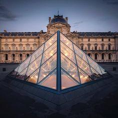 Le Musée du Louvre by Julien Brussels.