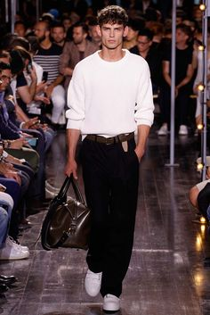 Catwalk photos and all the looks from Ami Spring/Summer 2016 Menswear Paris Fashion Week Men Fashion Show, Fashion Week, High Fashion, Mens Fashion, Paris Fashion, Smart Casual Menswear, La Mode Masculine, Margaret Howell, Spring Summer 2016