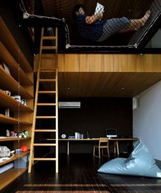 lit mezzanine en bois massif, peinture murale en noir et blanc, éclairage LED intégré et parquet massif au sol