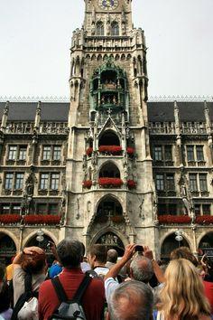 Frauenkirche, catedral católica de Nossa Senhora Bendita, na Frauenplatz 1 da capital bávara – Munique e relógio com figuras animadas em dança e luta