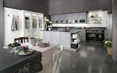 Biało-szara kuchnia urządzona w klasycyzującej manierze. Fronty mebli wieńczą prostokątne frezowania, a w przypadku białej wysokiej zabudowy również dekoracyjne uchwyty.Fot. Rational, kuchnia Casa Classic.