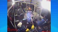 Polícia divulga imagens do assalto a ônibus que vitimou mulher em PE  No mesmo dia da morte, empresa de ônibus registrou cinco assaltos.  Toda a ação dos suspeitos é mostrada nas imagens.  A polícia divulgou nesta sexta-feira (22) as imagens da câmera de segurança do ônibus que registraram o assalto na BR-101 Sul, em Jaboatão dos Guararapes, Região Metropolitana do Recife, na noite da quarta-feira (20). Na ação,Suany Muniz Rodrigues, de 33 anos de idade, (Clique na imagem para ver o vídeo)