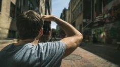 写真初心者はまず練習として街の写真を撮ってみる人も多いと思うけど街中の写真を上手に獲る工夫って知ってる 街角で撮影をする場合はカメラの絞り値をF8に設定するといいよ 絞り値をF8にすれば写真を撮る準備ができていれば大体どんなものでもピントが合ってうまく取れるよ まずは街中の何気ない風景を撮影してみよう