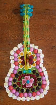 guitard en bonbon Marshmallow Flowers, Marshmallow Treats, Rainbow Treats, Bar A Bonbon, Food Sculpture, Candy Pop, Candy Cakes, Candy Bouquet, Birthday Crafts