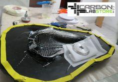 Tejido de fibra de carbono impregnado con resina epóxica en el molde. Para mayor información, visita: www.carbonlabstore.com