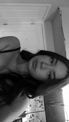 fake story home - sophiabbirlem Model Poses Photography, Tumblr Photography, Teenage Girl Photography, Photographie Indie, Photographie Portrait Inspiration, Cute Selfie Ideas, Cute Selfies Poses, Fake Girls, Fake Photo