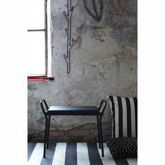 Anyone pall från Maze, formgiven av Louise Hederström. En modern pall i med en sits av läder. Placer...