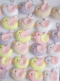 Lembrancinha maternidade, chaveiros de  Passarinhos confeccionados em feltro. Disponível nas cores rosa bebê, rosa, azul bebê, azul turquesa, verde ,lilás bebê. Ótima lembrancinha de maternidade,chá de bebê, batizado... Decorado dos dois lados. Acompanha embalagem, fitinha de cetim  Pedido mínimo: 10 unidades Prazo para entrega conforme agendamento.   VALOR DO PRODUTO JÁ COM DESCONTO PARA QUANTIDADES. Qualquer dúvida entre em contato, será sempre um prazer atendê-lo (a). Medidas 6,5 cm de…