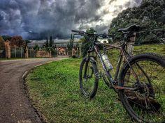 Aos fundos na foto a Vinícola Goes e Venturini #Strava #MTB #Bike #treino #Live #Pedal #love #autumn #doleitorpio #beautifulday #sport #bicicleta #photo #beautiful #pedaleiros #ciclista #floresdacunha #serragaucha #outono #aventura #adventure #frio #happy #peace #esporte #saude #nature #natureza #god