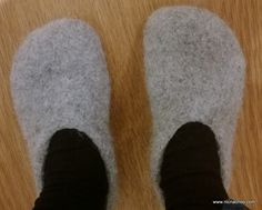 Knitting Patterns Slippers Super Easy Knit And Felt Slippers – Tutorial Felted Slippers Pattern, Knitted Slippers, Crochet Slipper Pattern, Knitting Socks, Free Knitting, Knitting Patterns, Knit Socks, Knitting Ideas, Yarn Projects
