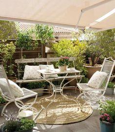un banc en bois et deux chaises métalliques sur la terrasse