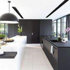 Do you love modern architecture? There are so many reasons why modern design is so popular. Here is some design inspiration for your modern home. Best Kitchen Designs, Modern Kitchen Design, Interior Design Kitchen, Modern Design, Modern Interior, Timeless Design, Black Kitchens, Kitchen Black, Diy Kitchen
