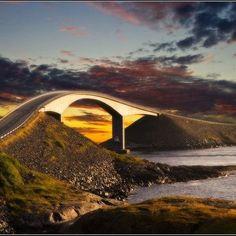 """La Ruta Atlántica es un camino de 8 kilómetros que une los pueblos noruegos de Kristiansund y Molde. Pasa por sobre un estrecho de mar bautizado como Hustadvika que se torna realmente deslumbrante (y algo escalofriante a su vez) en los días de tormenta. Así es la carretera """"enrevesada"""" de Noruega."""