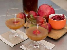 Spiced Bourbon-Apple Cider recipe from Geoffrey Zakarian via Food Network Bourbon Apple Cider, Apple Cider Cocktail, Spiced Cider, Bourbon Drinks, Bourbon Cocktails, Cocktail Drinks, Bourbon Recipes, Cocktail Recipes, Holiday Drinks