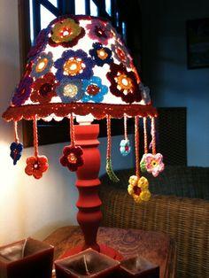 Abajur com base em madeira torneada altura 26cm, cupula trabalhado em croche, aro inferior 30cm e aro superior 10cm, altura 18cm. <br>Produzimos em diversas cores e padroes.