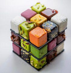 Um dos chefs mais conceituados da Europa tem elevado seu status recriando o formato do Cubo de Rubike transformando em bolos maravilhosos! Eleito em 2016 o melhor chef patisserie pela Relais Desserts, Cédric Grolet homenageia Rubik com peças de arte comestíveis de encher os olhos! Olha só que demais:       Demais! [Crédito de Imagens: Cédric Grolet] | via deMilked