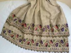 Late-Ottoman 'peşkir' (hand towel) embroidered with polychrome silk and metal threads on linen. Early 20th century. This is 'two-sided embroidery' (front and rear are identical). Technique: 'pesend' (double running stitch). The object could also be used as an apron in festive women's costumes (generally in Thrace and northwest Anatolia).