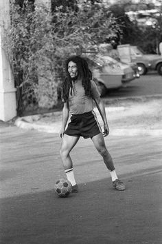 Aside from recording his reggae music, football played a major role throughout Bob Marley's life. Football had allowed him to express himself freely, and it inspired him to continue to. Bob Marley Legend, Reggae Bob Marley, Enduro Vintage, Bob Marley Pictures, Fc Nantes, Marley Family, Jah Rastafari, Image Foot, Robert Nesta
