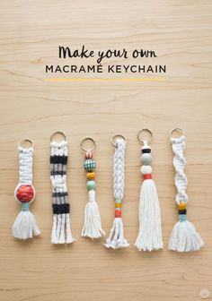 Instructions: DIY keychain with tassel and macramé - Di .- Anleitung: DIY-Schlüsselanhänger mit Quaste und Macramé – Diy Projekt Instructions: DIY keychain with tassel and macramé pendant - Pot Mason Diy, Mason Jar Crafts, Diy Tassel, Tassels, Keychain Diy, Make Your Own Keychain, How To Make Keychains, Keychain Ideas, Handmade Keychains