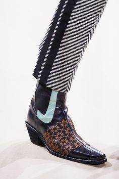 Haider Ackermann Fall 2019 Ready-to-Wear Fashion Show Haider Ackermann Herbst 2019 Konfektionskollektion – Vogue Haider Ackermann, Set Fashion, Fashion Shoes, Dress Fashion, Fashion Rings, Fall Fashion, Simple Shoes, Casual Shoes, Formal Shoes