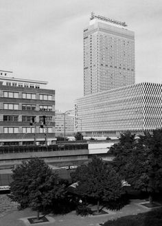Karl-Liebknecht-Straße in Mitte, 1996 Blick Richtung Alexanderplatz. Das Forum-Hotel (heute Park Inn, 1970 eröffnet als Hotel Stadt Berlin) und das Warenhaus Kaufhof (früher Centrum-Warenhaus) noch mit den ursprünglichen Fassaden aus DDR-Zeiten. View towards Alexanderplatz.The Forum Hotel (today Park Inn, 1970 opened as Hotel Stadt Berlin) and the Kaufhof department store (former Centrum-Warenhaus) with their original façades from GDR times.