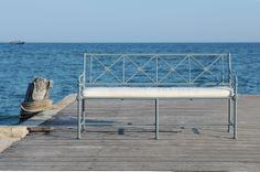 """Le célèbre banc """"Madeleine Castaing"""" (collection 1800) par Tectona en aluminium laqué /// The famous painted aluminium bench """"Madeleine Castaing"""" (collection 1800) by Tectona."""