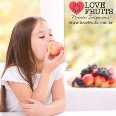 Alimentação infantil.  A hora da refeição deve ser agradável, pois é fundamental. Veja algumas dicas da nutricionais Renata Nuzzi para ajudar os pais na alimentação das crianças!  Acesse: http://blog.lovefruits.com.br/post/alimentacao-infantil