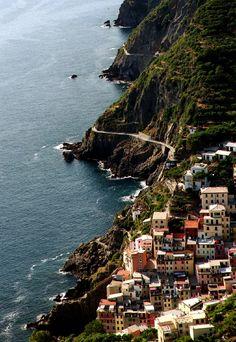 Cinque Terre, #Italy (by Lizandro Chrestenzen)