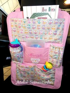 Organizador para carro - Ateliê Sementinha                                                                                                                                                                                 Mais Diy For Kids, Gifts For Kids, Sewing Crafts, Sewing Projects, Car Seat Organizer, Little Girl Toys, Car Accessories Diy, Vide Poche, Kids Bags