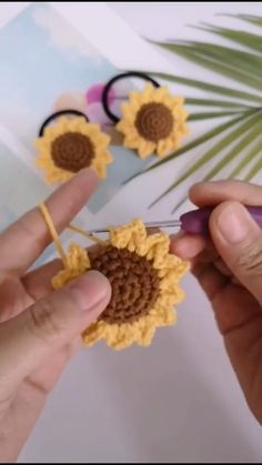 Crochet Flower Tutorial, Crochet Flower Patterns, Crochet Motif, Crochet Designs, Diy Crochet Flowers, Crochet Leaves, Crochet Shawl, Cute Crochet, Crochet Crafts